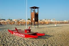Пляж Romagna перемещения - красный крупный план спасательной лодки стоковая фотография