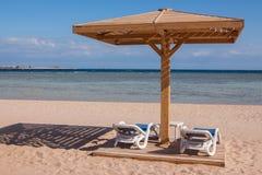 Пляж Sandy тропический с 2 салонами фаэтона Стоковое Изображение RF