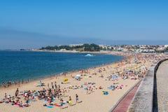 Пляж Santo Amaro в Oeiras, Португалии Стоковые Фотографии RF