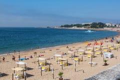 Пляж Santo Amaro в Oeiras, Португалии Стоковое Изображение RF