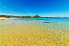 Пляж Scoglio di Peppino на солнечный день Стоковые Изображения RF