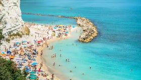 Пляж Sirolo в национальном парке Conero, Италии стоковые изображения rf