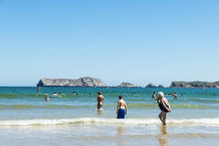 Пляж Suances вполне купальщиков в лете Стоковая Фотография RF