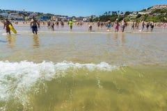 Пляж Suances вполне купальщиков в лете Стоковая Фотография