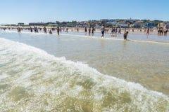 Пляж Suances вполне купальщиков в лете Стоковое Изображение