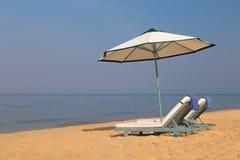 Пляж Sunbeds и голубое море стоковые фото
