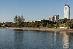 Пляж Tapapuna рано утром в Окленде Стоковое фото RF
