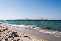 Пляж Tigaki Море и пляж с белым песком Греция зонтики померанца kos kefalos острова Греции стулов пляжа Стоковые Изображения