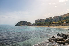 Пляж Tropea, взгляд городка и Dell Santa Maria церковь Isola ` - Trop Стоковые Изображения