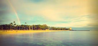 Пляж Waikiki и радуга, долгая выдержка Стоковое фото RF