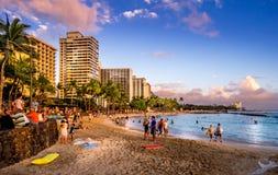 Пляж Waikiki на заходе солнца Стоковые Фотографии RF