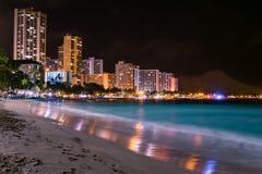 Пляж Waikiki на ноче Стоковая Фотография