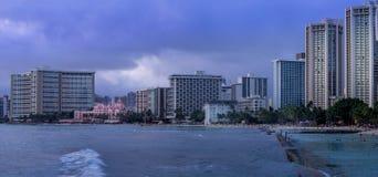 Пляж Waikiki на сумраке стоковая фотография