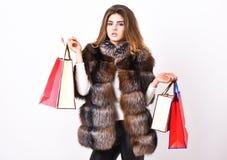 Рабат и сбывание Одежды покупки модника в черную пятницу Предпосылка мехового пальто макияжа девушки ходя по магазинам белая Шопп стоковая фотография