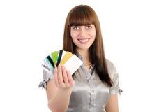 рабат кредита карточек показывает женщину Стоковое Изображение