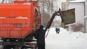 Работайте автомобили отброса в зиме Загрузка сама автомобиля перехода отброса акции видеоматериалы