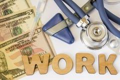Работайте в больницах, клиниках, оккупационной медицине и фото концепции фармации Стетоскоп, неврологический молоток, долларовые  Стоковое Изображение RF