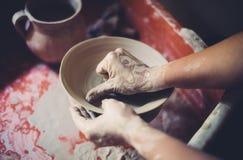 Работайте в мастерской гончарни, руках женщины создавая керамику Стоковые Изображения RF