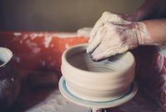 Работайте в мастерской гончарни, руках женщины создавая керамику Стоковое Фото
