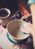 Работайте в мастерской гончарни, руках женщины создавая керамику Стоковое Изображение