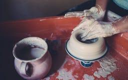 Работайте в мастерской гончарни, руках женщины создавая керамику Стоковые Фотографии RF