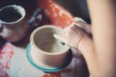 Работайте в мастерской гончарни, руках женщины создавая керамику Стоковые Фото