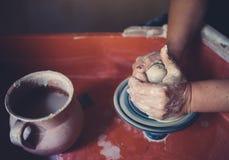 Работайте в мастерской гончарни, руках женщины создавая керамику Стоковое Изображение RF