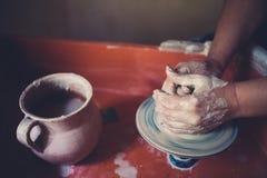 Работайте в мастерской гончарни, руках женщины создавая керамику Стоковая Фотография RF