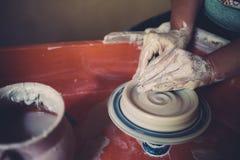 Работайте в мастерской гончарни, руках женщины создавая керамику Стоковое фото RF