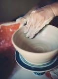 Работайте в мастерской гончарни, руках женщины создавая керамику Стоковая Фотография