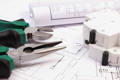 Работайте инструменты, электрический взрыватель и крены диаграмм на чертеже конструкции дома Стоковое фото RF