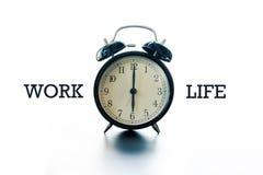 Работайте концепция баланса жизни, будильник с работой слова и жизнь Стоковая Фотография RF