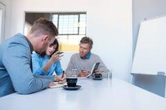 Работайте коллеги говоря дело совместно в офисе Стоковая Фотография RF
