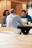 Работайте коллеги обсуждая дело совместно в офисе Стоковые Фото