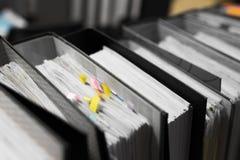 Работайте крепко, серия работы, стогов бумаги документа и храните folde стоковое изображение