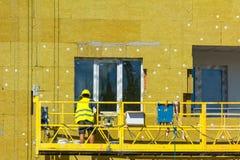 Работайте на внешних стенах изоляции стеклянной ваты и штукатурьте Стоковое Изображение