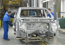 Работайте на линии транспортера завода автомобиля Стоковые Изображения