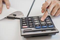 Работайте на калькуляторе и бумаги закрывают вверх Стоковое Изображение RF