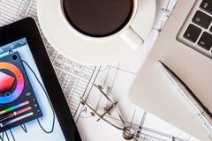 Работайте на проекте, таблетке и компьтер-книжке на таблице Стоковые Фото
