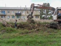 Работайте на backhoe для благоустраивать в зоне Kaluga в России стоковое изображение