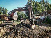Работайте на backhoe для благоустраивать в зоне Kaluga в России стоковое фото