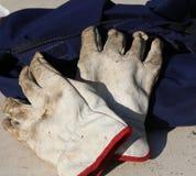 Работайте перчатки над прозодеждами работника во время забастовки Стоковое фото RF