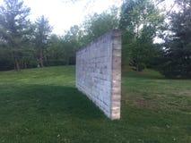 Работайте стену построенную шлакоблоков окруженных травой в парке Стоковые Изображения RF
