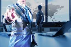 Работайте стол бизнесмена с компьтер-книжкой, жуликом дела глобализации Стоковые Изображения