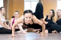 Работать девушки Yogi, делая handstand нажим-поднимает Стоковое Фото