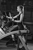 работать детенышей женщины бега машины гимнастики Побегите на машине Стоковые Фотографии RF