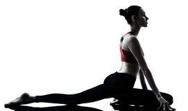 работать йогу женщины стоковая фотография