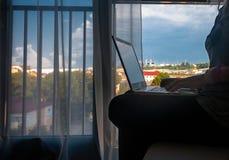 Работать на окне Стоковое фото RF