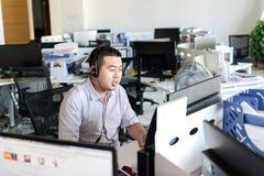 Работать самостоятельно на офисе стоковое фото rf