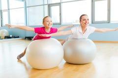 Работать с шариками фитнеса Стоковые Изображения RF